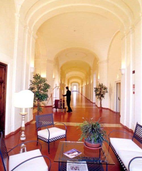 Klosterreisen_Italien_Rom_Sessoriana_Flur_kl
