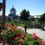 Klosterreisen, Rumaenien, orthodoxe Schwester im Klostergarten