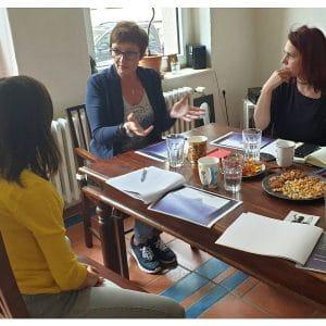 Videocoaching mit Anja Steinhoerster Gruppe am Tisch